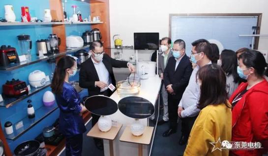 东莞市珍葆电器科技有限公司董事长吴国昌向客户展示产品安全使用须知